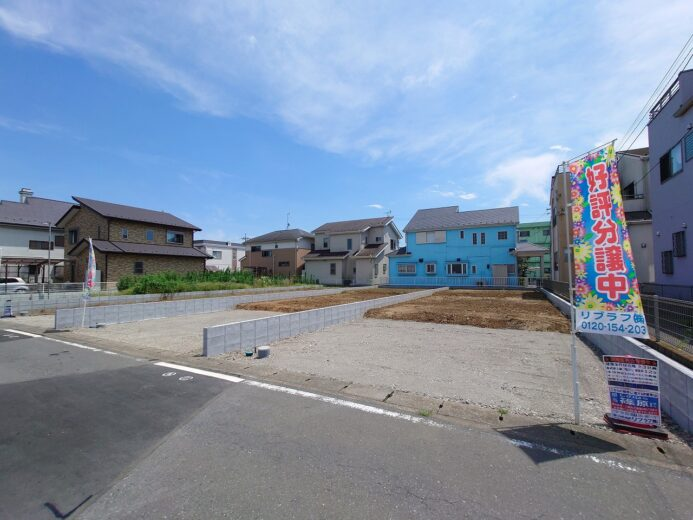 現地:新たな暮らしのカタチがここから始まります!この青空に映えるフォルムが自慢のお家!